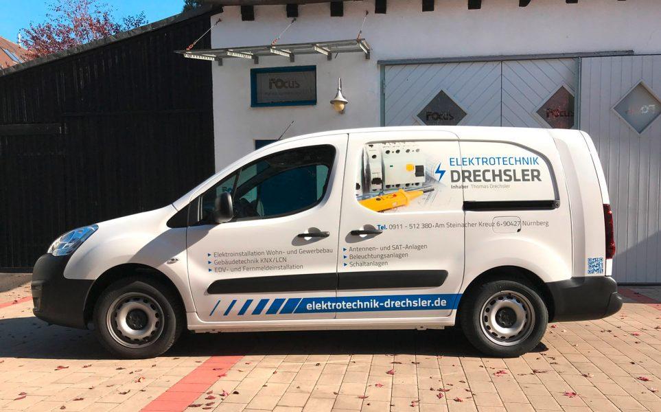 Seitenansicht eines folierten Fahrzeuges für die Flotte der Firma Elektrotechnik Drechsler