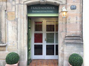 Oberlichtbeklebung über der Eingangstüre für den Raumgestalter Frauendorfer in Erlangen