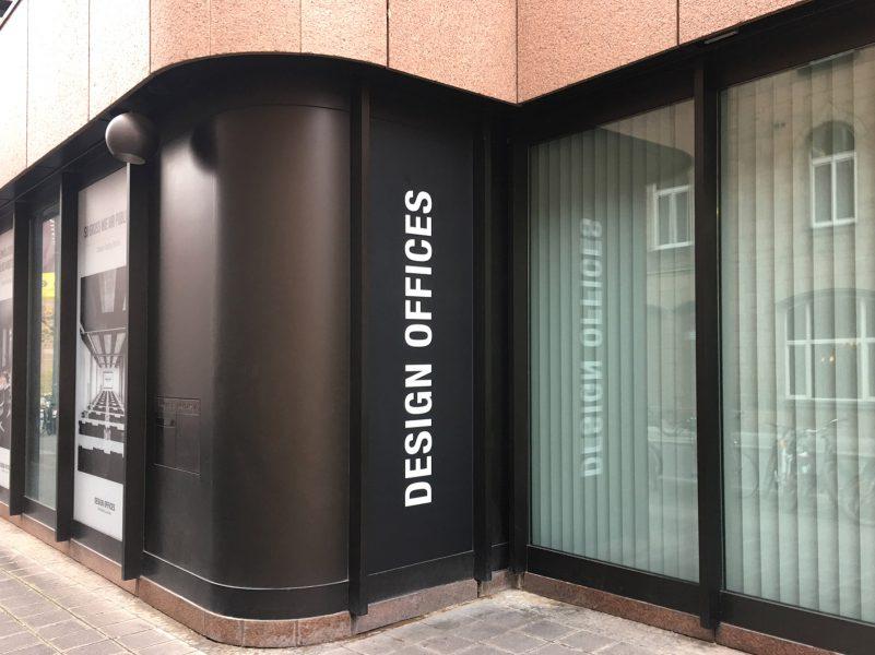 Vollfoliertes hohes Fenster mit matter Folie für Design Offices. Auf der Folie sieht man Das weiße Logo von Design Offices auf schwarzem Untergrund