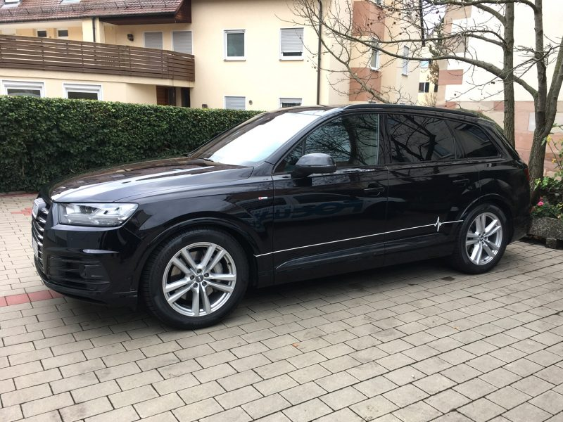 Fahrzeugbeklebung - Schwarzer Q7 mit minimalistischer Beklebung für Ensana Pflegedienst