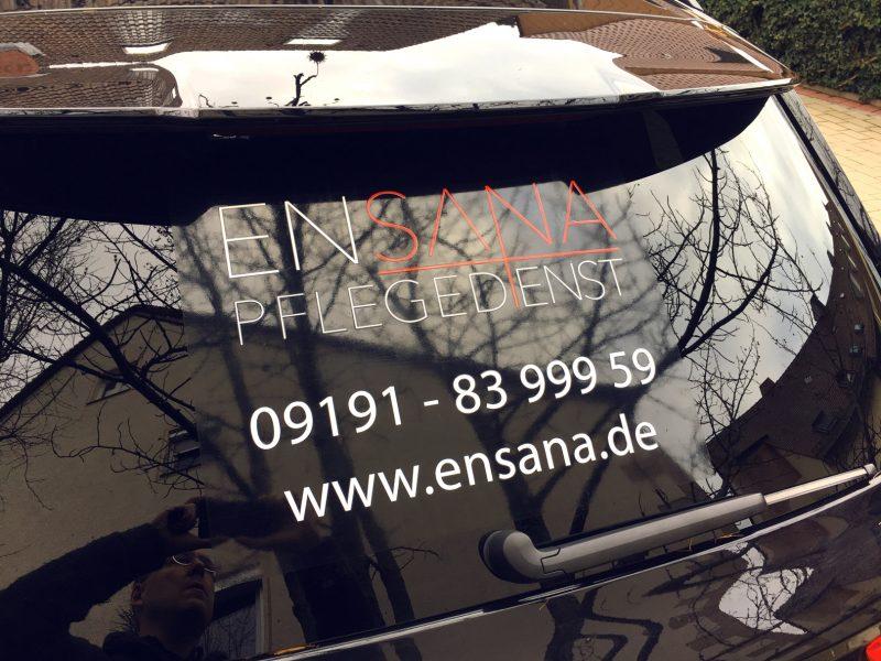 Fahrzeugbeklebung - Schwarzer Q7 mit Heck-Beklebung für Ensana Pflegedienst