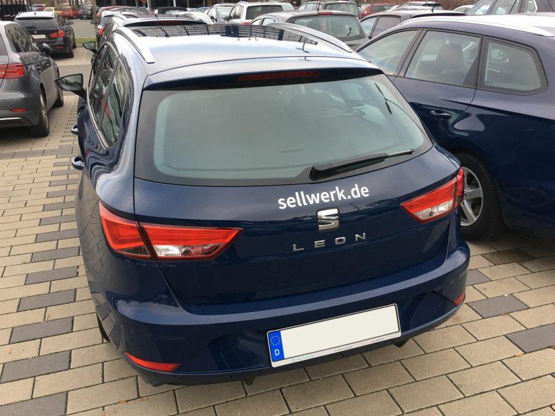 Flottenbeklebung - Heckansicht eines dunkelblauen Firmenfahrzeugs mit dem Sellwerklogo-Aufklber in silber