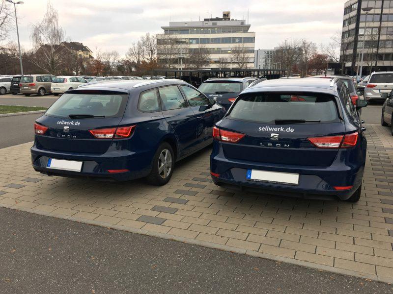 Flottenbeklebung - Heckansicht zweier dunkelblauer Firmenfahrzeuge mit dem Sellwerklogo-Aufklber in silber