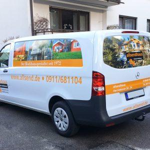 Fahrzeugbeklebung - Fahrzeugbeklebung - Schrägansicht eines weißen Mercedes Vito mit neuer Folierung für allsendhaus