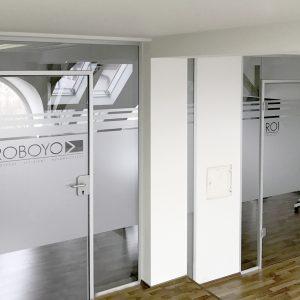 Sichtschutzbeklebung aus Glasdekorfolie und Logo an Glasfronten in den Büroräumlichkeiten von Roboyo