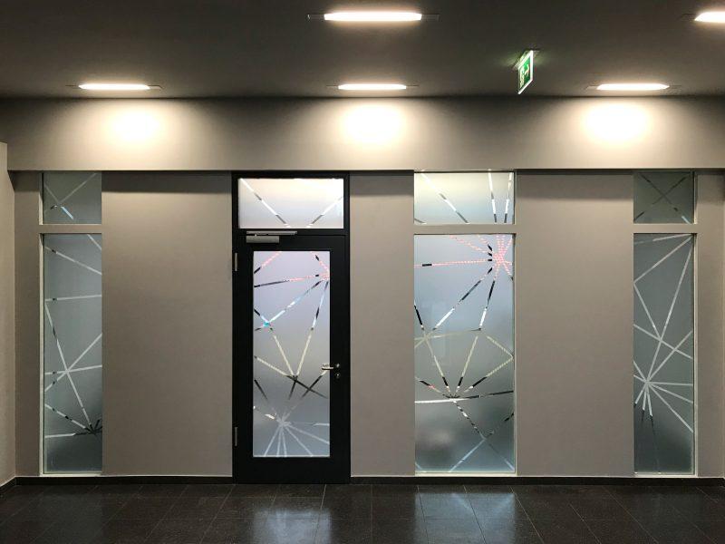 Sichtschutzbeklebung verschiedener Fenster und einer Türe mit Glasdekorfolie im Netzgrafikdesign für Design Offices