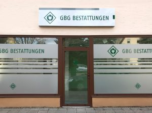 Frontansicht der Sichtschutzbeklebung aus Glasdekor und grünem Folienschnitt eines Bestattungsinstitutes