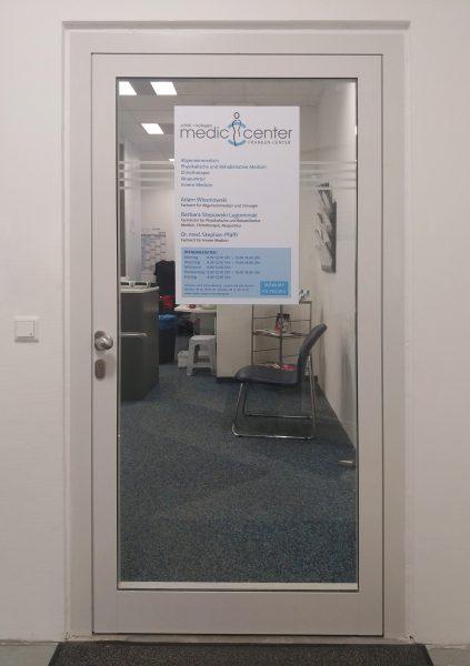 Türaufkleber für eine Arztpraxis mit Öffnungszeiten und Ansprechpartnern