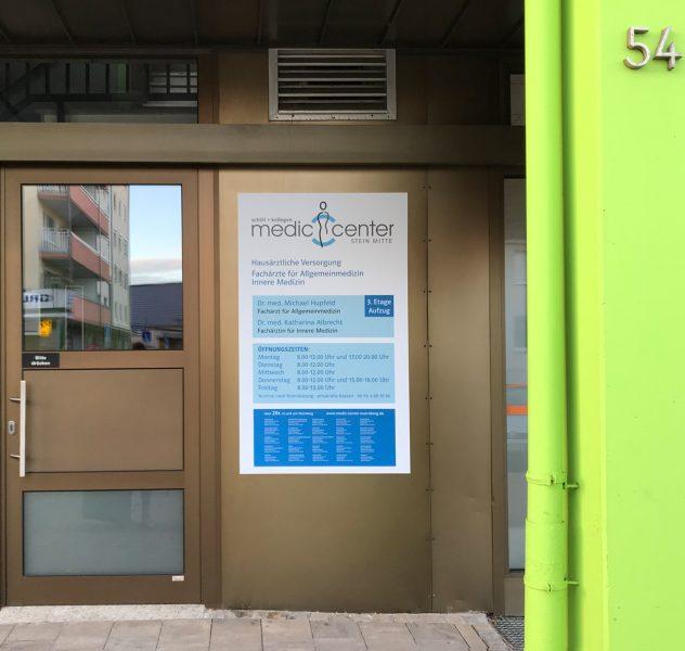 Großflächiger Aufkleber als Ersatz eines Schildes an der Hauswand mit allen benötigten Informationen für die Praxis