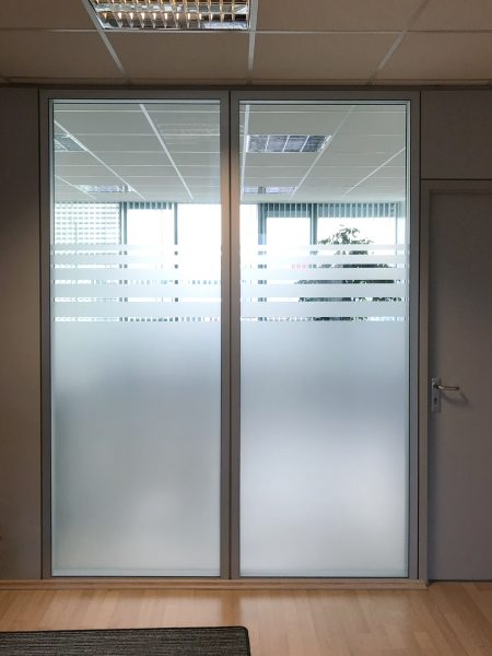 Weitere Sichtschutzbeklebung aus Glasdekor, welche mit einem Streifendesign ausläuft