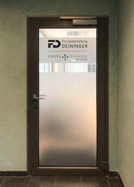 Aufnahme einer mit Glasdekor folierten Türe und farbigem Logo