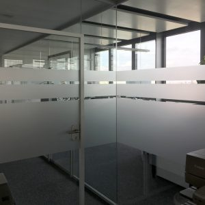 Sichtschutzbeklebung aus Glasdekor, welche mit einem Streifendesign ausläuft