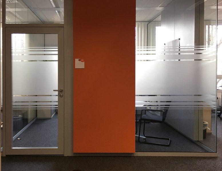 Sichtschutzbeklebung aus Glasdekor mit Streifendesign