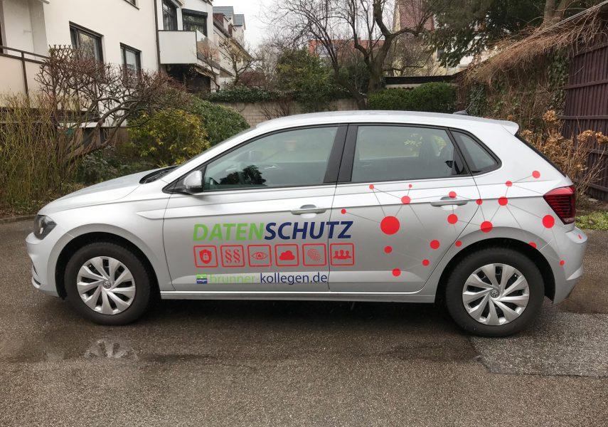 Seitenansicht der gedruckte Netzgrafik am Brunner und Schmidt Fahrzeug mit Logo