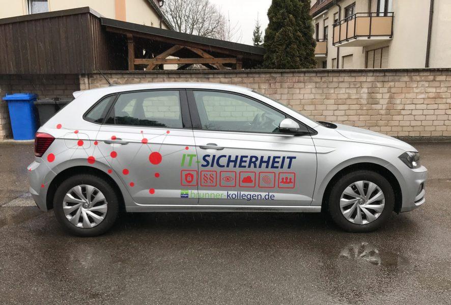 Rechte Seitenansicht der gedruckte Netzgrafik am Brunner und Schmidt Fahrzeug mit Logo