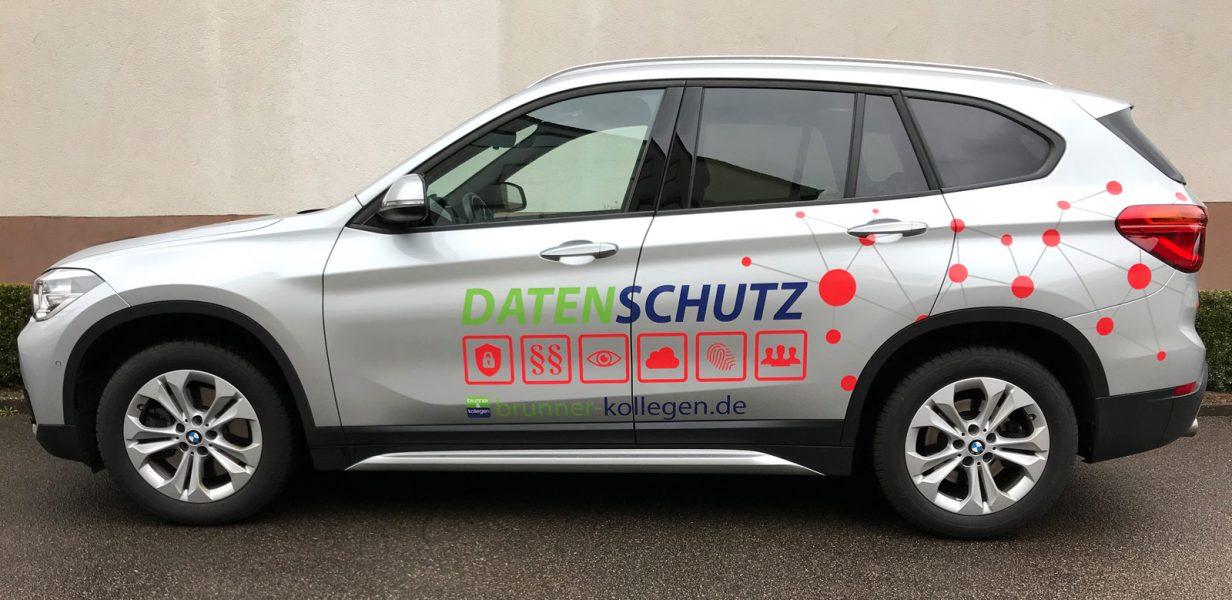 Seitenansicht eines silbernen BMW X1 mit neuer Fahrzeugfolierung für Brunner und Schmidt