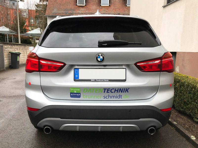 Heckansicht eines silbernen BMW X1 mit neuer Fahrzeugfolierung für Brunner und Schmidt