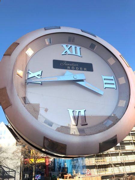 Umfolierung einer großen Fassaden Uhr von Juwelier Röder am Trödelmarkt
