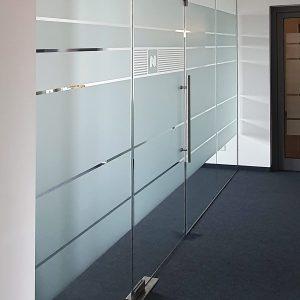Glaswand mit neuer Sichtschutzbeklebung aus Glasdekor in den Räumlichkeiten der Firma Niersberger