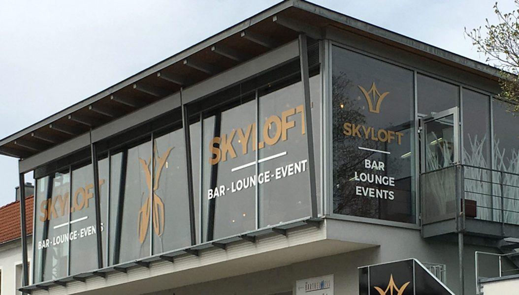 Schaufensterbeklebung für das Skyloft in Forchheim in Weiß und Gold