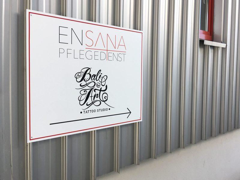 Beklebungsarbeiten - Wegweisendes Schild von Ensana Pflegedienst