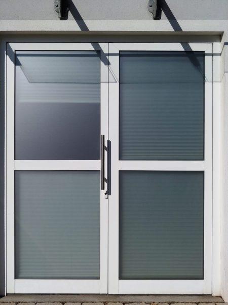 Beklebungsarbeiten - Sichtschutzbeklebung einer Eingangstüre mit Glasdekorfolie für Ensana
