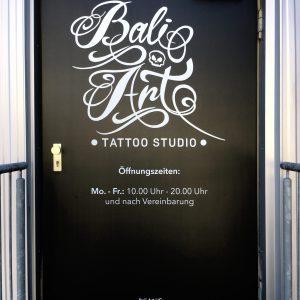 Ganzflächige Eingangstürfolierung von Bali Arts