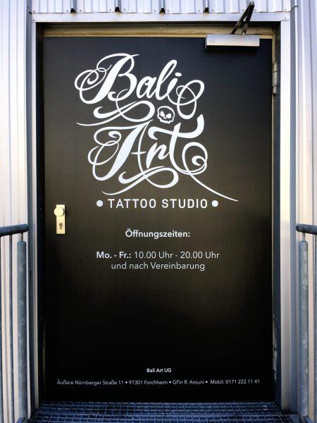 Beklebungsarbeiten - Ganzflächige Eingangstürfolierung von Bali Arts