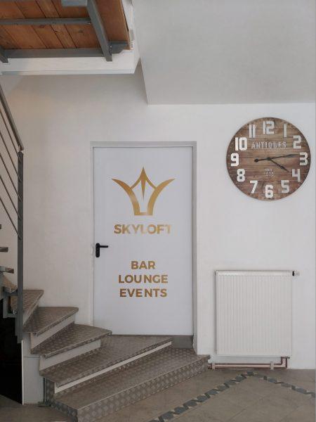 Folierung einer Türe mit Skyloft Logo