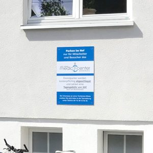 Schilder - Nahaufnahme eines Parkplatzschildes im Innenhof der Arztpraxis Medic Center
