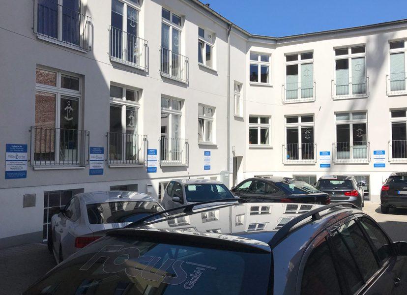 Montage von 7 Parkplatzschildern in einem Innenof