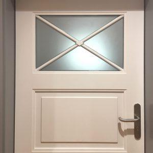 Gesamtansicht der alten Holztüre mit spezieller Glasform, foliert mit Glasdekorfolie