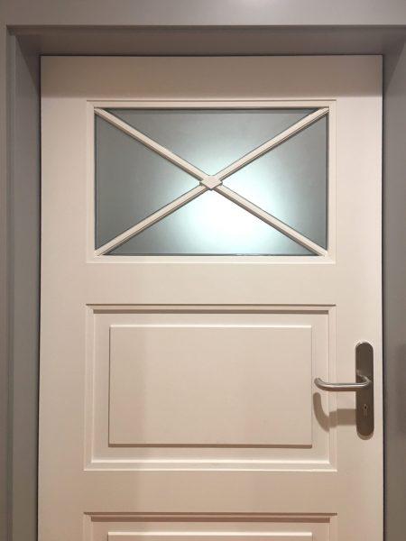 Sichtschutzbeklebung - Gesamtansicht der alten Holztüre mit spezieller Glasform, foliert mit Glasdekorfolie