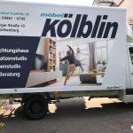 Seitenansicht eines LKSs mit neuer Folienbeschriftung der Firma Möbel Kölblin