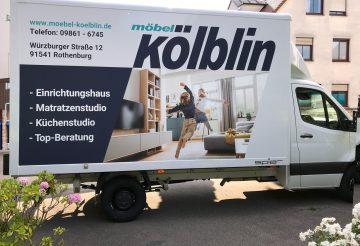 LKW-Beklebung - Seitenansicht eines LKSs mit neuer Folienbeschriftung der Firma Möbel Kölblin