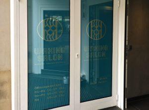 Innenfolierung mit bedruckter Folie der Eingangstüre für Waxing Salon in Nürnberg