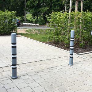 Warnpoller mit Markierungsfolie in schwarzweiß auf dem Firmenparkplatz für Glöckebau