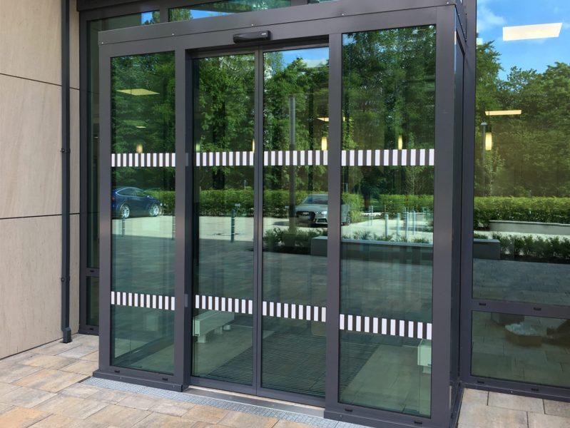 Eingangstüre mit Durchlaufschutz in schwarzweiß für Glöckebau