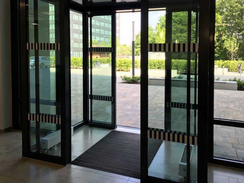 Innere und äußere Eingangstüren mit Durchlaufschutz in schwarzweiß für Glöckebau