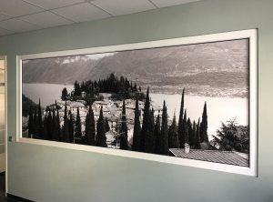 Fensterscheibenfolierung mit einer bedruckten Folie in einem Büroraum der Firma Niersberger