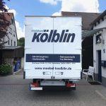 Heckansicht eines LKSs mit neuer Folienbeschriftung der Firma Möbel Kölblin