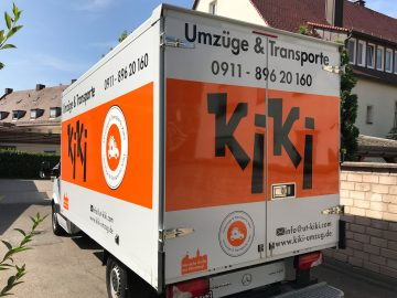 Schrägansicht eines LKWs mit neuer Folienbeschriftung für KiKi Umzüge