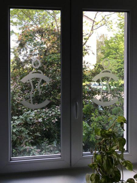 Logofolierung eines Fensters einer Medic Center Praxis