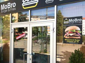 Logodesign und Beklebung - Umfolierung des Mai Thai Schildes zu MoBro Burger & Fries