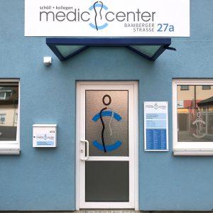 Eingangsbreich des Medic Centers in der Bamberger Straße mit neuer Beschilderung