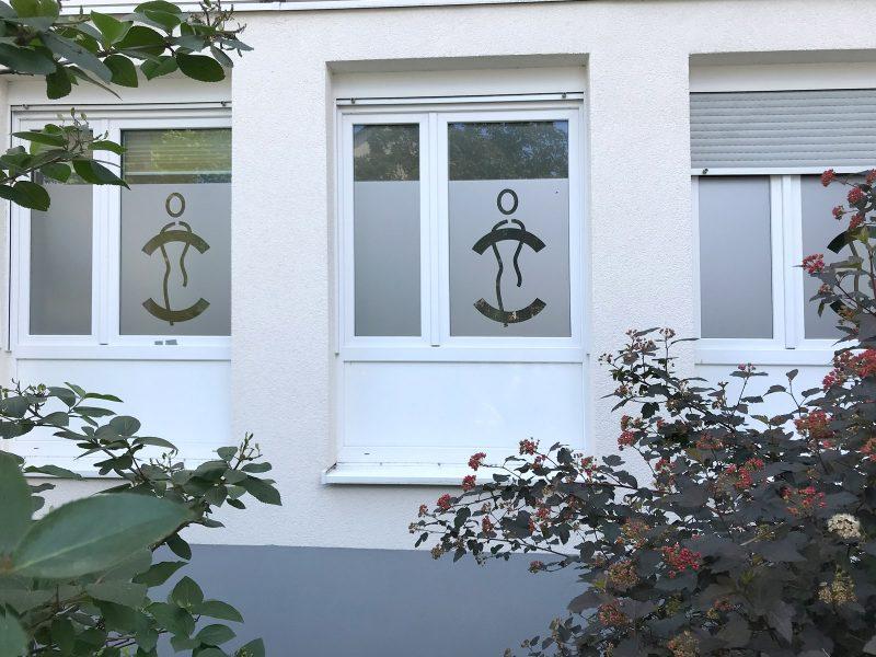 Sichtschutzfolierung mit ausgeschnittenem Logo aus Glasdekorfolie für drei Fenster einer Medic Center Praxis