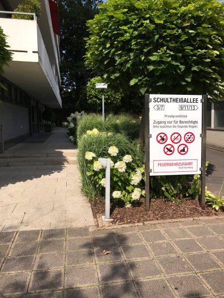Folienbeschriftetes Schild mit Edelstahlpfosten