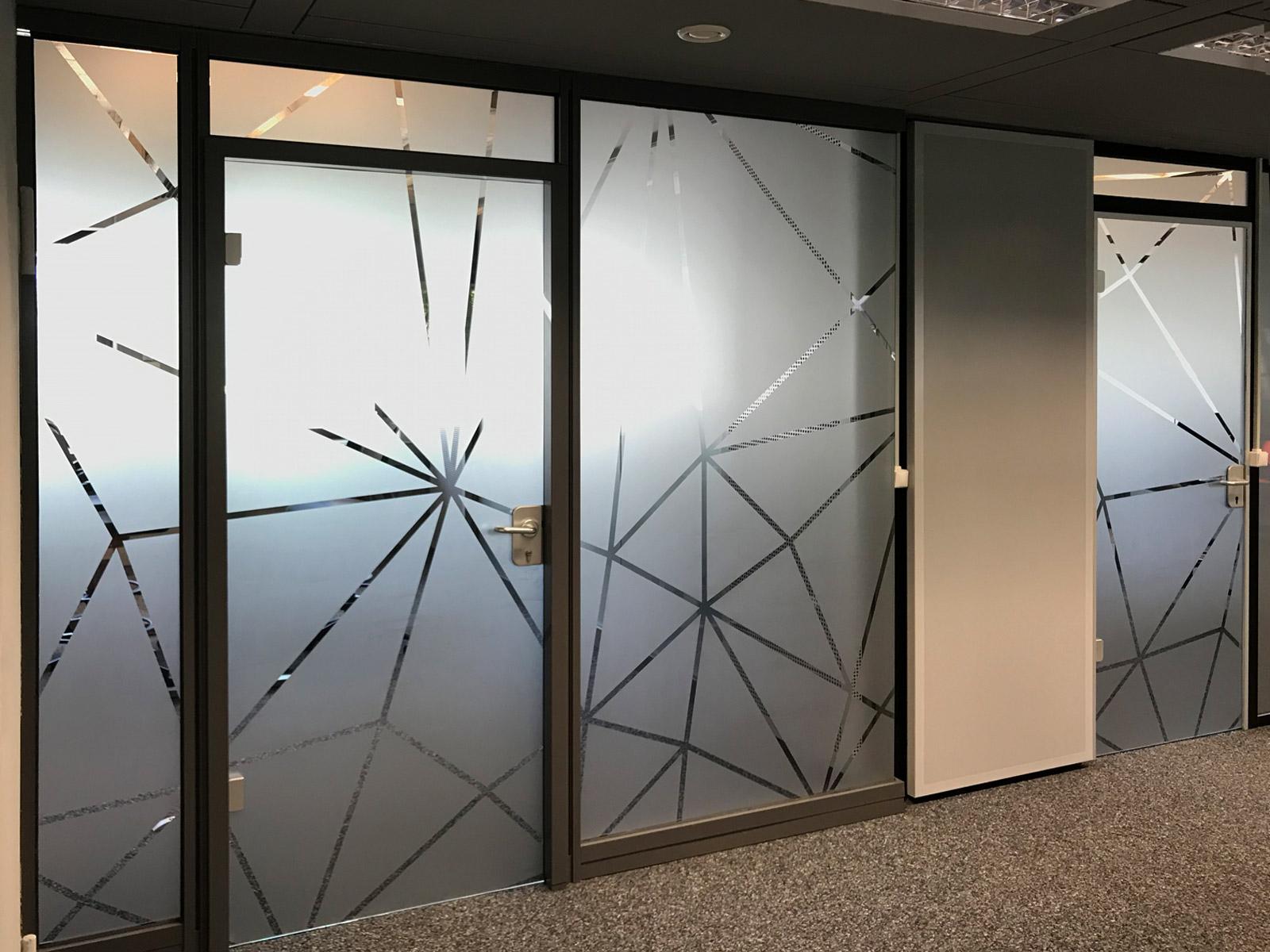 Netzgrafik aus Glasdekor als Sicht- und Durchlaufschutz auf einer Glasfront von Büroräumlichkeiten für Design Offices
