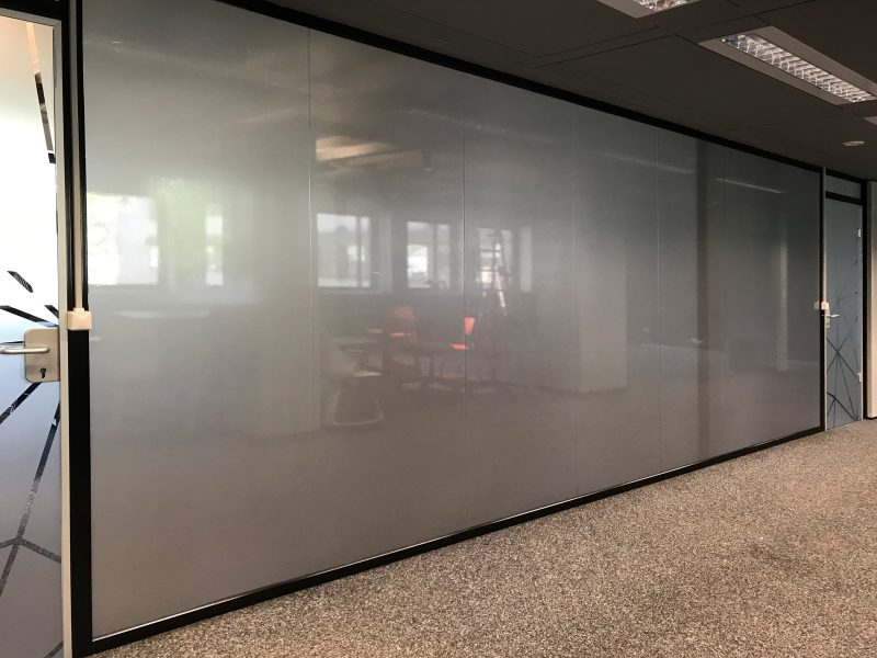 Sichtschutzbeklebung - Glasdekorfolierung auf einer Glasfront von Büroräumlichkeiten für Design Offices