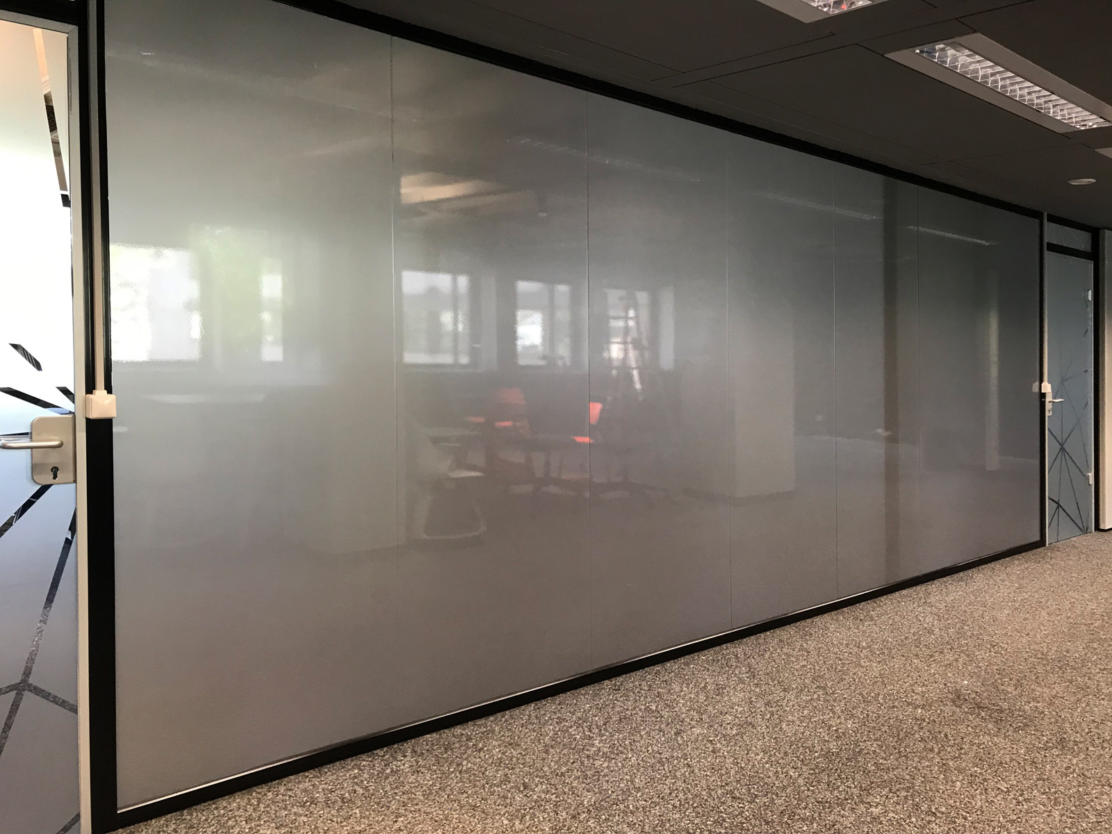Glasdekorfolierung auf einer Glasfront von Büroräumlichkeiten für Design Offices